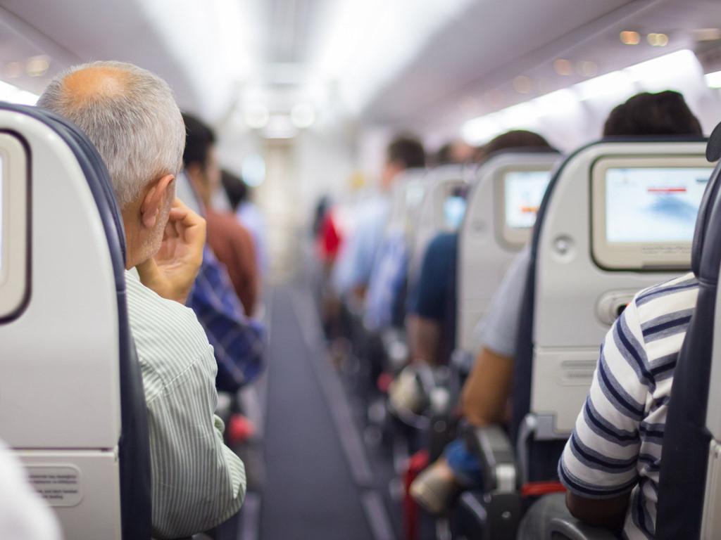 Khi xuất vé cho khách hàng, đại lý bắt đầu kinh doanh vé máy bay cần nhắc nhở họ về những thủ tục, giấy tờ cần thiết để có thể lên máy bay thuận lợi.