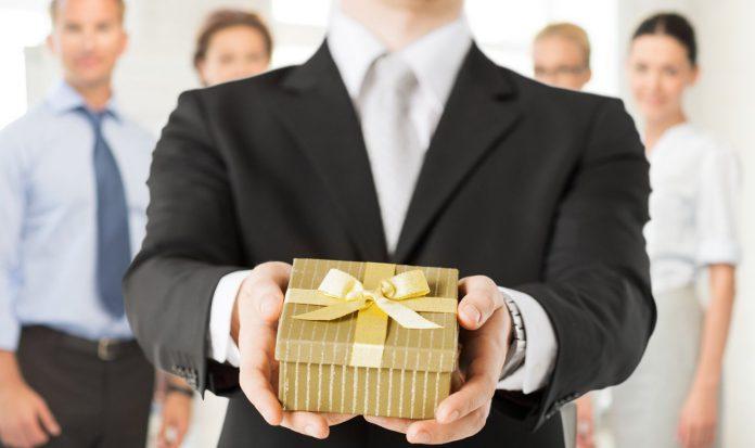 Khiến cho khách hàng của bạn luôn nhận được nhiều hơn giá trị tấm vé mà họ mua là một cách hoàn hảo để họ nhớ tới bạn.